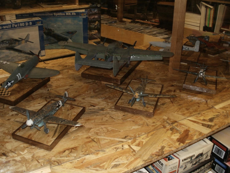 Vitrine mit gebauten Flugzeugmodellen.