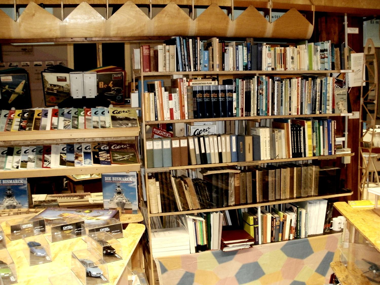 Bücherregal voll mit Luftfahrt und anderen technik-geschichtlich bezogenen Informationen stehen bereit.