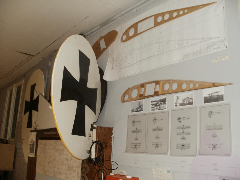 Flügelrippen und Seitenruder zeigen die einzelnen Entwicklungsstufen von Flugzeugen der Firma Fokker.