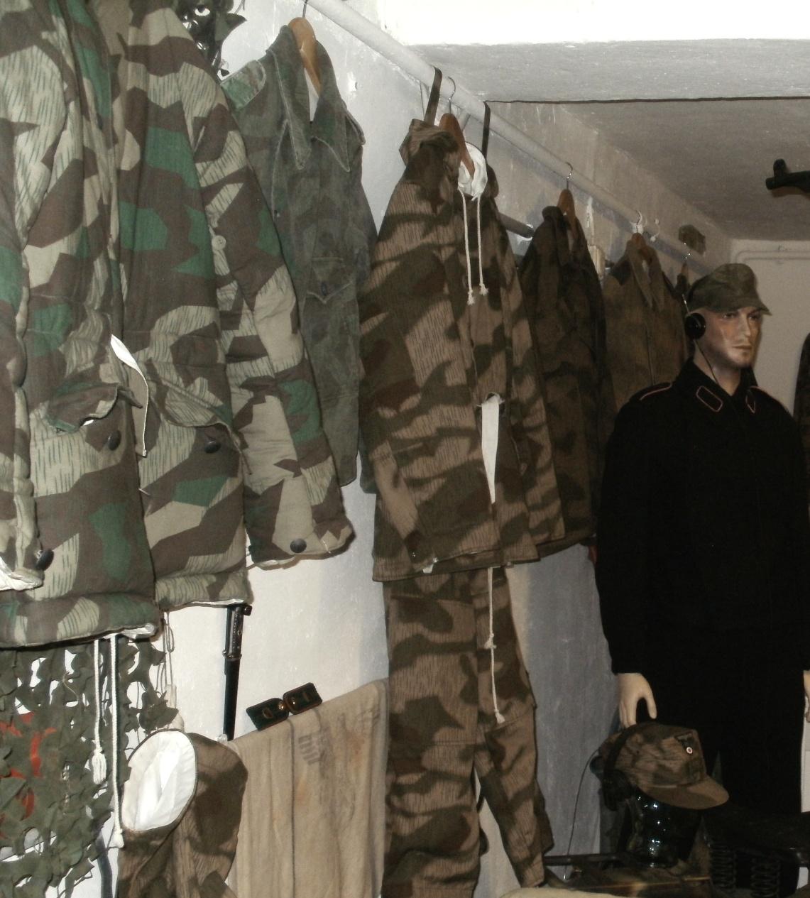 Zeitlich geordnet finden sich in der Sonderausstellung die meisten vor und während dem zweiten Weltkrieg entwickelten deutschen Tarnjacken und Überzüge.
