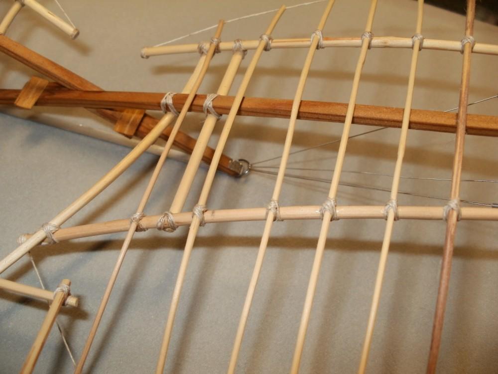 Otto Lilienthals Derwitz-Apparat von 1891. Die Befestigung der Flügelholme am Gestellkreuz erfolgt mittels starker Brücken aus Weidenruten, die fest mit dem langem Arm des Gestellkreuzes verbunden sind. Eigenbau im Maßstab 1/15