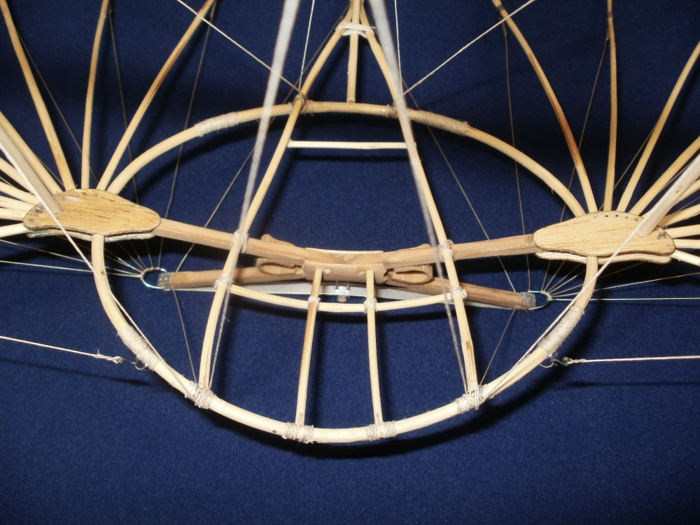 Otto Lilienthals Normal-Segelapparat als großer Doppeldecker aus dem Jahr 1894. Eigenbau im     Maßstab 1/15