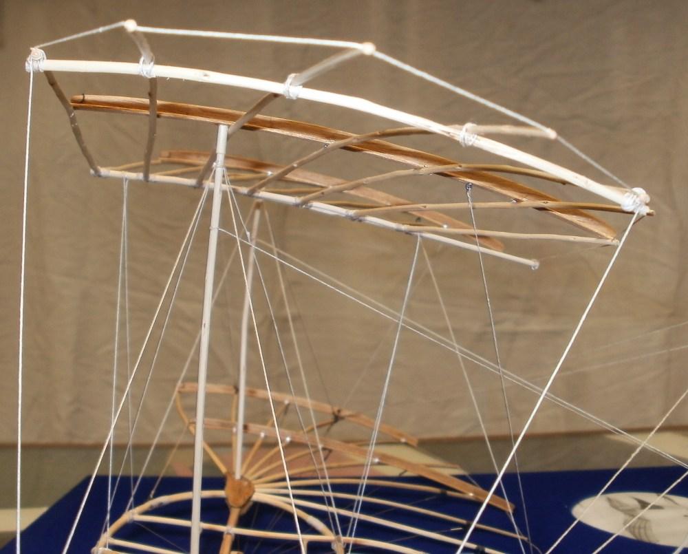 Otto Lilienthals Normal-Segelapparat als großer Doppeldecker aus dem Jahr 1894. Das obere Tragdeck steht auf verlängerten Spanntürmen und ist nach unten zum Hauptdeck abgespannt. Eigenbau im     Maßstab 1/15