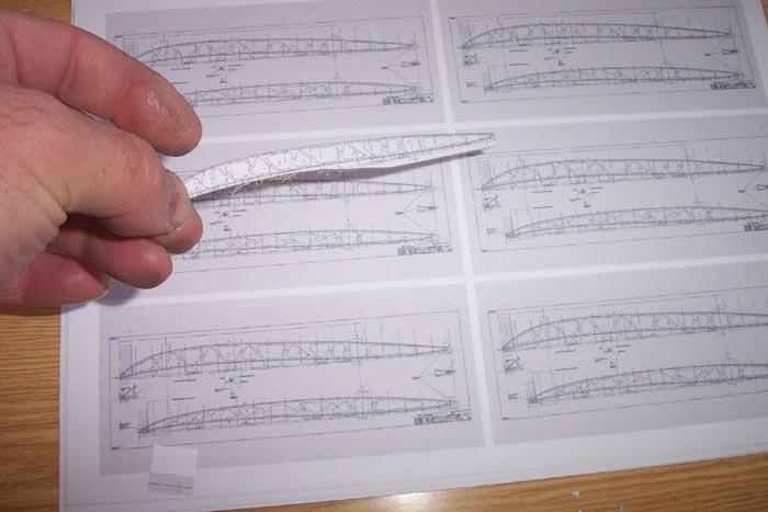 Eigenbau der Fokker E.III im Maßstab 1/15. Die Verkleinerte Werkszeichnung der Flügelrippe wird auf dünnes Sperrholz geklebt und dann ausgeschnitten